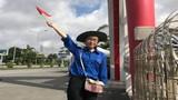 Nữ tình nguyện viên khuyết tật phục vụ kỳ thi THPT Quốc gia