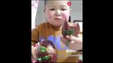 """Video: Cậu bé mập """"ăn cả thế giới"""" khiến ai cũng hết hồn"""