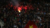 """VFF """"ôm tiền"""" đi nộp phạt vì CĐV đốt pháo sáng ở VL U23 châu Á"""