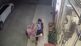 Đang ngồi hóng mát, người phụ nữ bị ôtô lao thẳng vào người