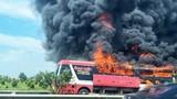 Video: Xe khách bốc cháy ngùn ngụt, hành khách kịp tháo chạy