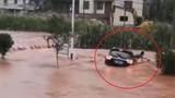 Video: Tài xế thoát khỏi ôtô khi bị lũ cuốn trôi ở Trung Quốc