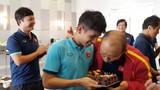 """Hồng Duy suýt thành """"nạn nhân"""" của thầy Park trong ngày sinh nhật"""