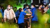Xuyên đêm bốc dỡ hàng chục tấn rau củ cho người dân khu cách ly