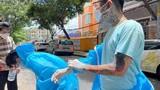 Tình nguyên viên chống dịch xăm kín người: Đừng xem mặt bắt hình dong