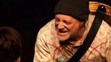 Vừa đùa về cái chết, diễn viên hài chết ngồi ngay trên sân khấu