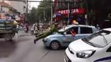 Cảnh sát bám nắp capo chặn taxi trên phố Hà Nội