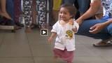 Bệnh lạ khiến bé 18 tháng tuổi chỉ bằng trẻ sơ sinh