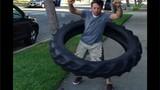 Bái phục tài lắc vòng bằng lốp ôtô khủng của trai trẻ