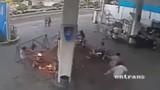 Clip xe máy cháy ngùn ngụt khi đang bơm xăng