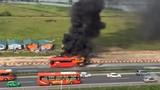 Video: Xe khách cháy ngùn ngụt trên cao tốc Pháp Vân-Cầu Giẽ