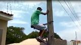Xem trèo cột điện dễ như ăn cơm ở nước người ta