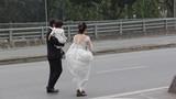 Cô dâu xách váy chạy, chú rể thuê xe ba gác chở nàng về dinh