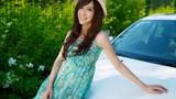 Volvo trắng nổi bật nhờ... thiếu nữ váy xanh