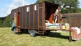 Biến xe tải cũ thành khách sạn di động 5 triệu/đêm