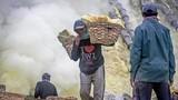 Chùm ảnh nhọc nhằn khai thác lưu huỳnh trên miệng núi lửa