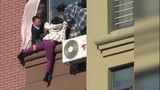 Giải cứu cô gái tự tử từ tầng 10 nhà chung cư