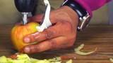 Mẹo nạo sạch vỏ táo cực nhanh