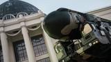 Cảnh sát hộ tống tổ hợp tên lửa Topol-M trên phố Moscow