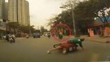 Bị cướp giật, cô gái cùng tài xế Grab ngã xuống đường