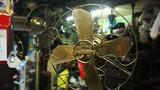 Bên trong ngôi nhà chứa hàng trăm chiếc quạt cổ ở Hà Nội
