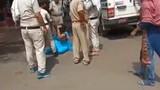 Không đeo khẩu trang, người phụ nữ bị cảnh sát túm tóc kéo lê
