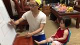 Không thể nhịn cười với clip bố và con gái: Sốt sắng giúp con ôn thi vào lớp 1