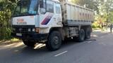 Xe tải chở vật liệu làm đường cao tốc tông chết hai cha con