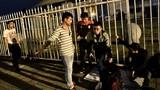 Hai kẻ lạ mặt đuổi CĐV xếp hàng mua vé AFF Cup lúc nửa đêm