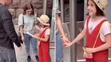 Hot TikToker tặng iPhone cho bé gái nhưng bị bóc mẽ sống ảo