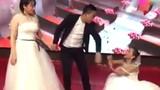 Video: Tình cũ mặc váy cưới đến lôi kéo chú rể, cô dâu 'chết đứng' trên sân khấu