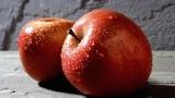 Đổ nước sôi sùng sục lên quả táo và sự thật bất ngờ đằng sau