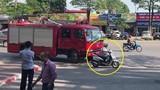 """Video: Nữ """"ninja Lead"""" vô tư tạt ngang đầu xe cứu hỏa"""
