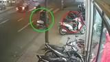 Video: Người phụ nữ đưa bé gái đi trộm túi xách nhanh như chớp