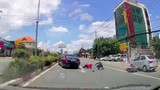 Video: Tài xế bẻ lái ngoạn mục, cứu sống 2 người đi xe máy ở Bình Dương