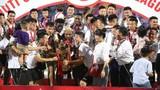 """Video: Quang Hải, Duy Mạnh """"ngất ngây"""" cùng Hà Nội FC nâng cúp vô địch V.League"""