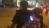 Ảnh: Chồng đèo vợ bằng xe đạp đi bắt Pokemon trên phố