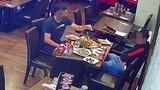 """Video: 2 thực khách dùng """"trò bẩn"""" quỵt tiền đồ ăn bị bắt quả tang"""
