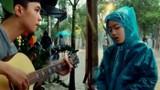 """Video: Nữ sinh Huế ngồi đàn hát giữa trời mưa lũ """"gây bão"""""""