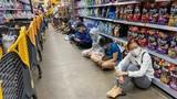 Ngồi la liệt trong siêu thị chờ thanh toán ở TP HCM