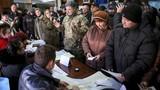 Hình ảnh dân Ukraine nô nức đi bỏ phiếu bầu cử