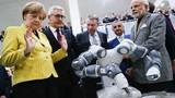 Chùm ảnh Thủ tướng Đức Merkel thích chơi robot