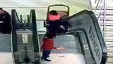 Video: Xe đẩy em bé lật trên thang cuốn, gây chấn thương nặng
