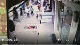 Video : Đang đi trên đường thì bị bò hất bay xuống cống