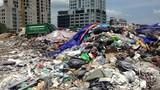 """Hàng trăm tấn rác chất thành """"núi"""" giữa thủ đô Hà Nội"""