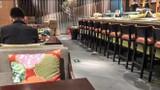 Nhà hàng Bắc Kinh không cho khách ngồi theo cặp, nhóm để ngăn Covid-19