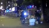 Video: Hai thanh niên cướp bánh mỳ trên đường khiến dân mạng dậy sóng