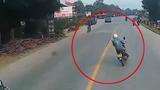 Video: Người đàn ông lạng lách, đánh võng trước đầu xe container