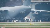 Hàng trăm mật vụ Mỹ bước ra khỏi C-17 xuống sân bay Nội Bài