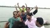 Kết đau lòng cho nhóm thanh niên mê mải selfie giữa hồ